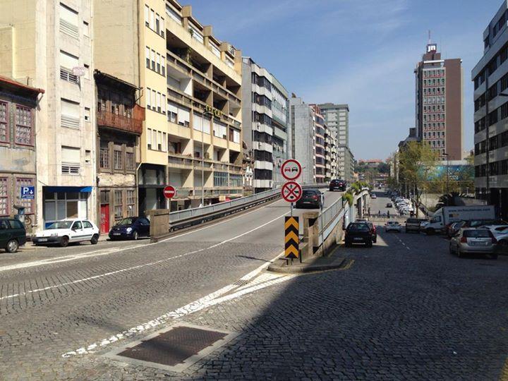 Este sinal , que ainda recentemente, tinha sido colocado no viaduto Gonçalo Cristóvão foi já alterado por solicitação da MUBi. Obrigava os ciclistas a seguir por baixo do viaduto, desmontar, atravessar na passadeira ao sinal verde e voltar a montar do outro lado da rua Faria Guimarães.